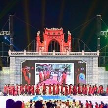 hang van nguoi man nhan voi man phao hoa trong dem khai hoi den hung 2019