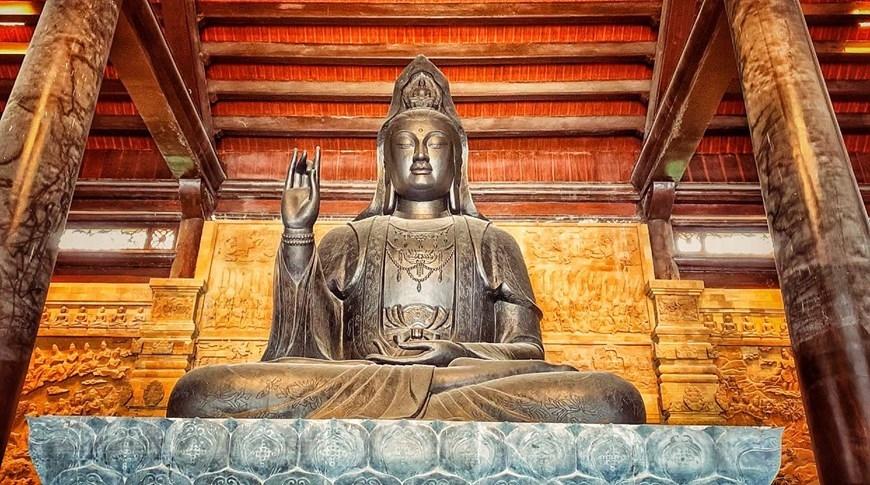 Cảnh sắc chùa Tam Chúc - Vịnh Hạ Long trên cạn