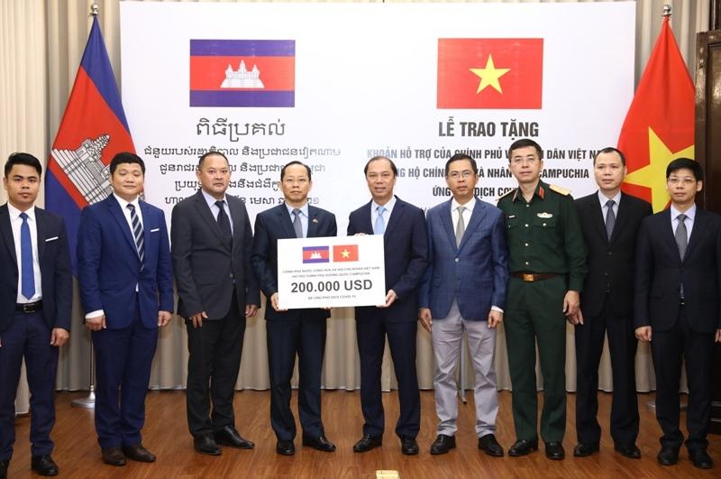 Việt Nam hỗ trợ Campuchia 200.000 USD để ứng phó với dịch Covid-19