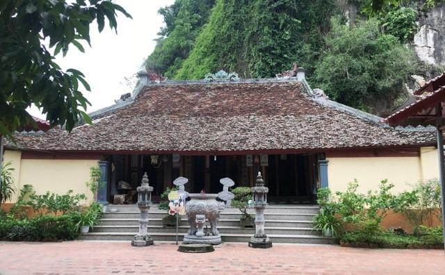 Độc đáo tượng Phật A Di Đà được khắc trực tiếp vào vách đá