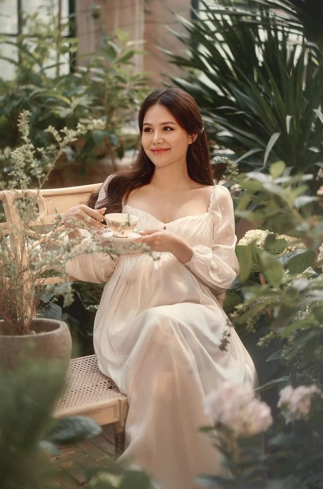 Dù mang bầu, diễn viên Phanh Lee vẫn đẹp hút hồn