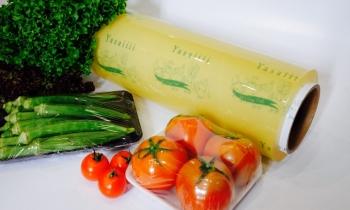 Màng bọc thực phẩm PVC và PE, loại nào an toàn hơn?