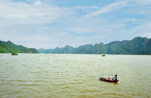 Chèo thuyền vãn cảnh hồ Đồng Thái