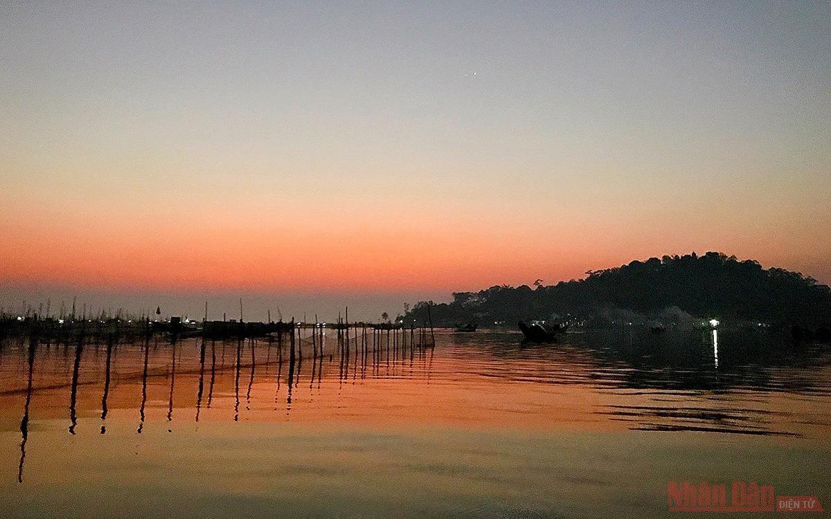 Lênh đênh đầm phá Cầu Hai, cửa biển Tư Hiền
