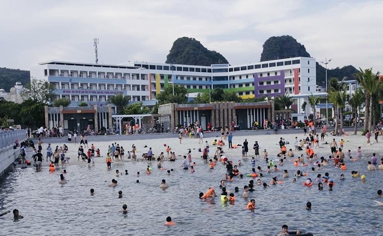 Thành phố Hạ Long cho phép mở lại bãi tắm công cộng