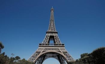 Sau 9 tháng đóng cửa do dịch Covid-19, tháp Eiffel đón du khách trở lại với điều kiện mới