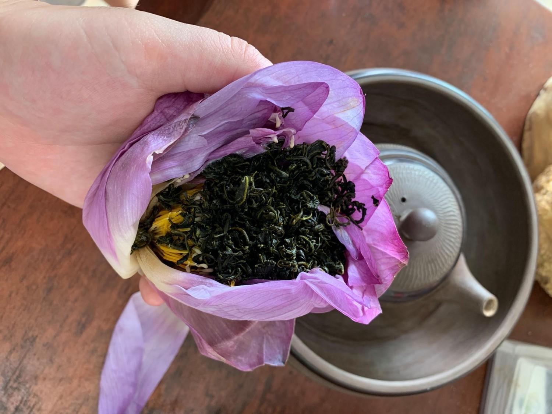 Những ấm trà ướp sen tươi nhìn thật hấp dẫn.