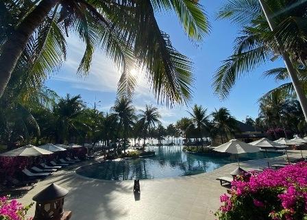 Resort sở hữu không gian mở hướng biển và luôn đầy nắng
