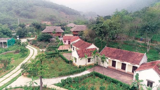 Khu làng Việt trong khuôn viên Khu du lịch sinh thái Bản Coốc.