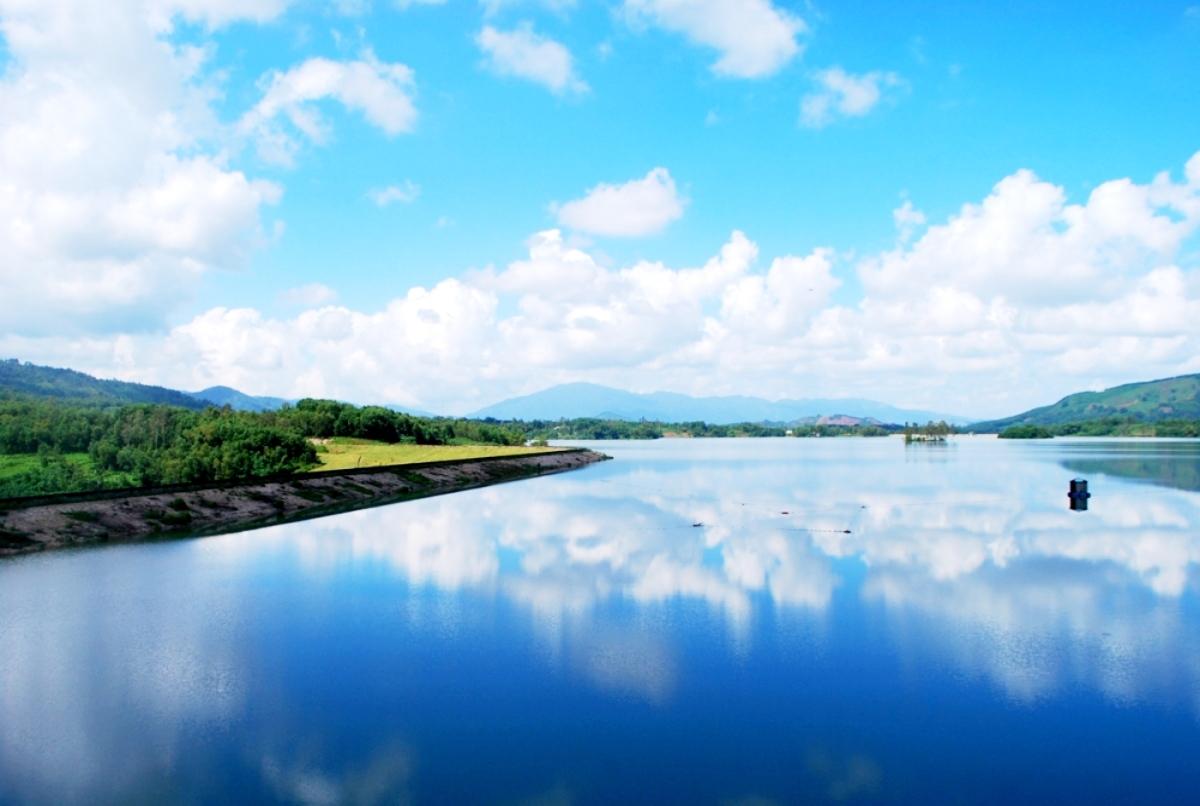 Vẻ đẹp ngỡ ngàng trên hồ Việt An