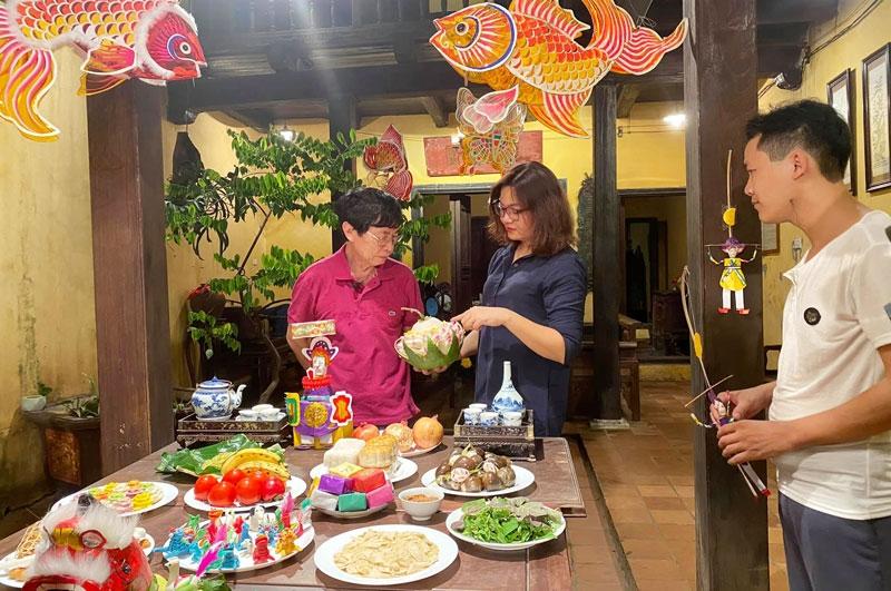 Nhà nghiên cứu văn hóa dân gian Trịnh Bách tái hiện không gian đón Tết Trung thu truyền thống của gia đình Hà Nội tại Ngôi nhà di sản (số 87 Mã Mây, quận Hoàn Kiếm) năm 2020. Ảnh: Ban Quản lý phố cổ