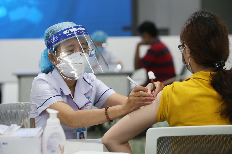 Các biện pháp phòng chống dịch và chiến dịch tiêm chủng là yếu tố quan trọng giúp phục hồi nền kinh tế