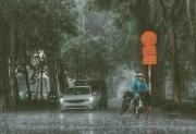 Người dân Hà Nội lưu ý mưa dông, lốc sét vào 2 ngày cuối tuần