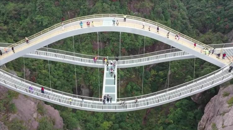 """Cây cầu """"vương trượng"""" của Trung Quốc trở thành điểm thu hút khách du lịch"""