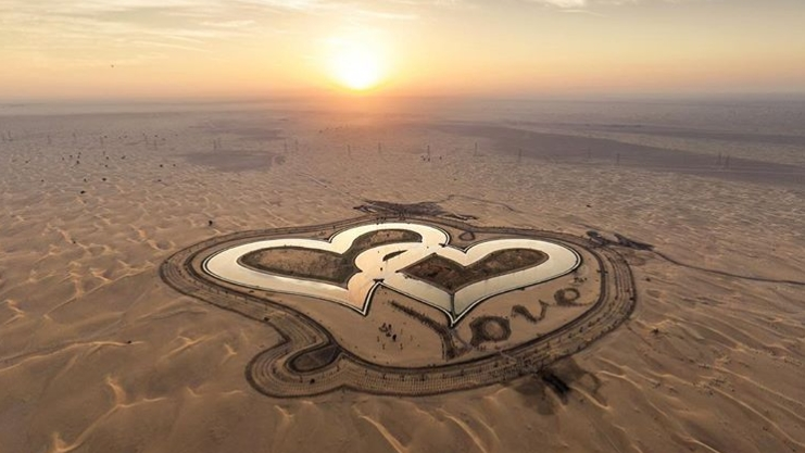 Hồ trái tim nằm giữa sa mạc ở Dubai