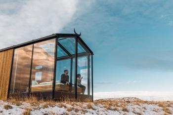 Thưởng ngoạn màn đêm kì vĩ ở Iceland từ view phòng ngủ