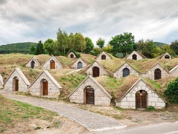 Hầm rượu nổi tiếng ở Hungary, như những ngôi nhà của người lùn