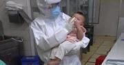 Xúc động hình ảnh em bé mắc Covid-19 bú sữa trong vòng tay nữ bác sĩ