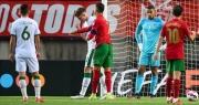 C.Ronaldo đá hỏng phạt đền, tát thẳng mặt đối thủ