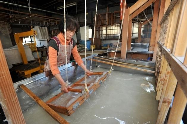 Trải nghiệm quy trình làm giấy Washi truyền thống ở Nhật Bản
