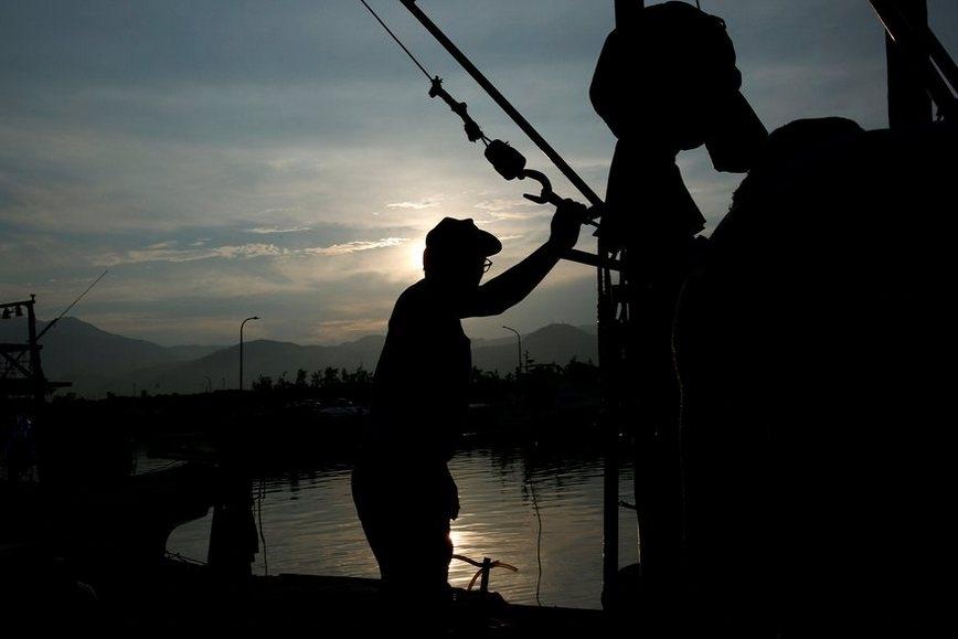 Độc đáo nghề đánh cá bằng lửa, cá 'điên cuồng' lao đến những chiếc lưới giăng sẵn