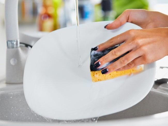 Vì sao bạn nên vứt bỏ miếng bọt biển khỏi nhà bếp ngay và luôn?