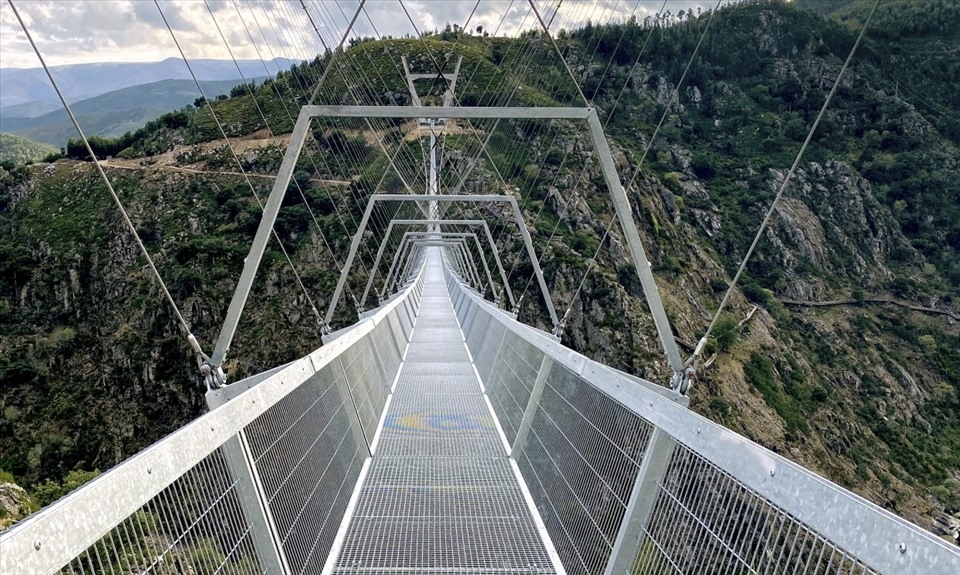 Sửng sốt với cầu treo đi bộ dài nhất thế giới ở Bồ Đào Nha