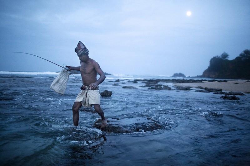 Nghệ thuật câu cá trên cà kheo của các ngư dân Sri Lanka