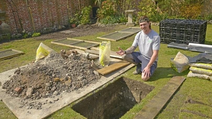 Đang đào hố thoát nước, người đàn ông phát hiện thứ khiến ai thấy cũng bủn rủn chân tay