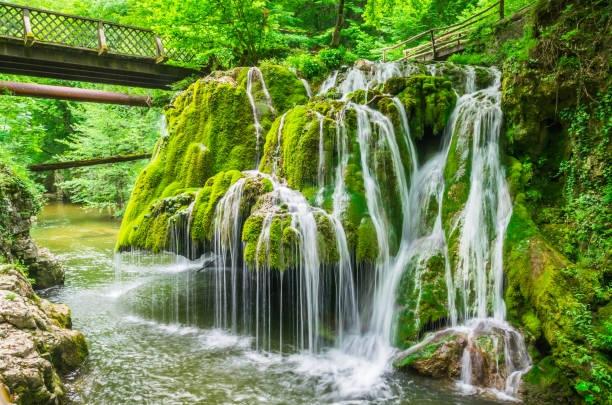 Mê mẩn trước vẻ đẹp huyền ảo của 6 thác nước kỳ lạ nhất thế giới