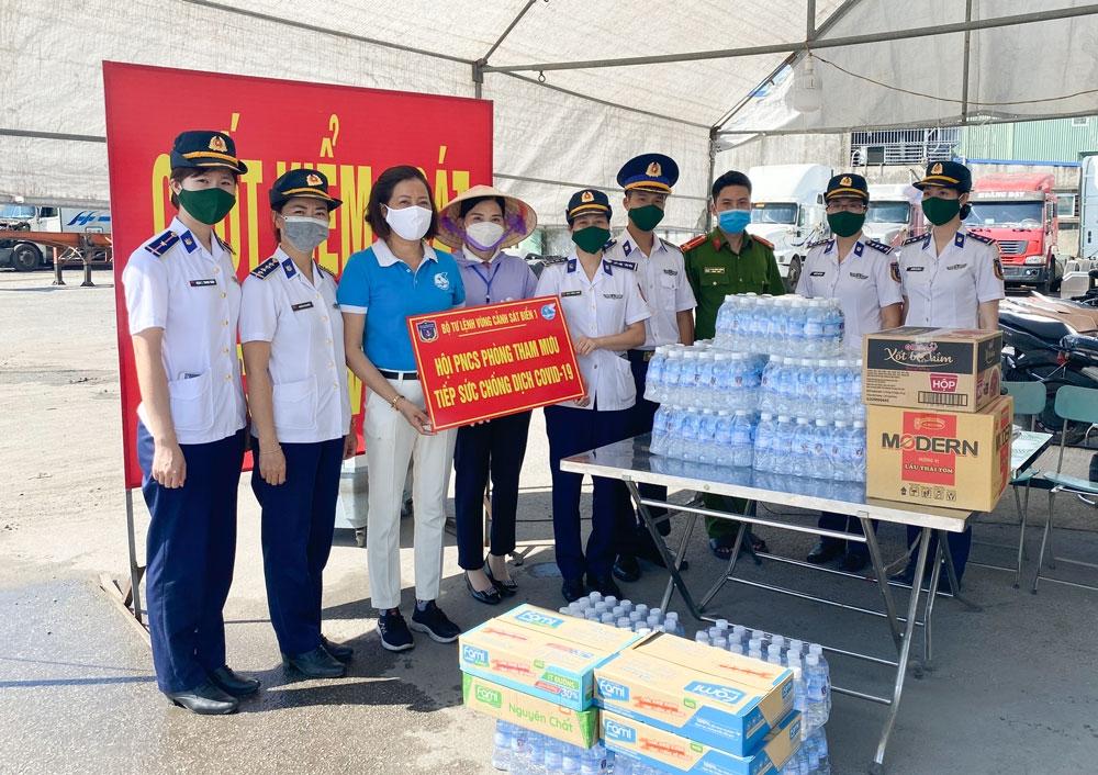 Hội Phụ nữ cơ sở Phòng Tham mưu/Bộ Tư lệnh Vùng Cảnh sát biển 1 tặng quà các chốt trực kiểm soát dịch bệnh trên địa bàn quận Hải An, TP. Hải Phòng.