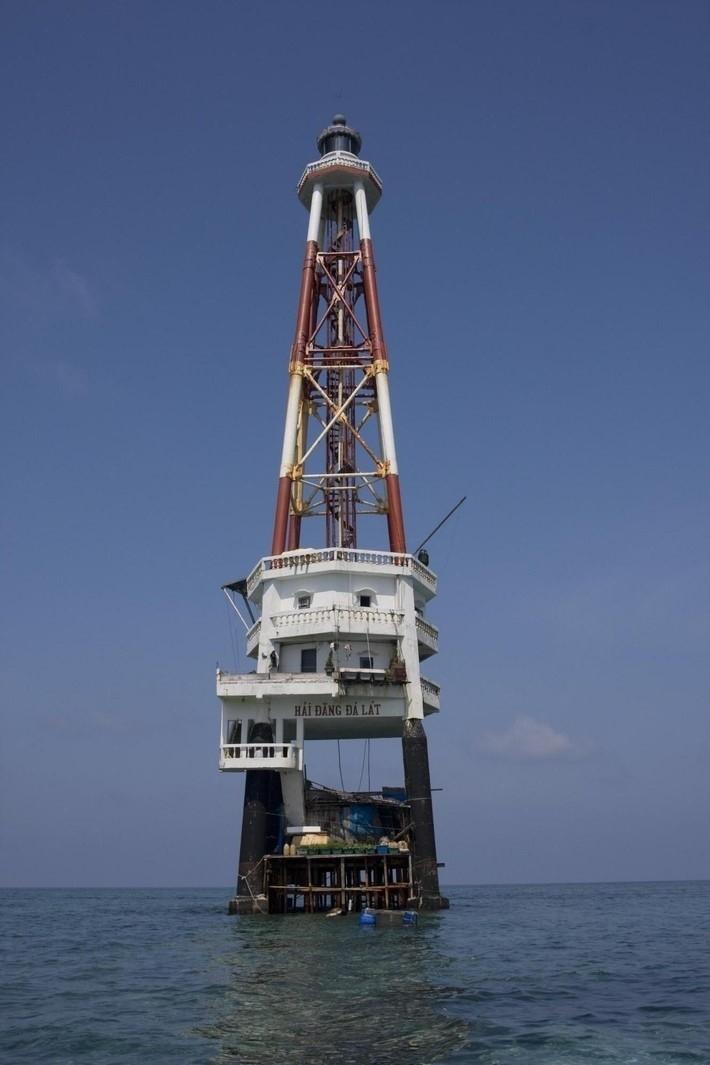 Hải đăng Đá Lát có độ cao 42 m ngút trời - Ảnh: Sưu tầm