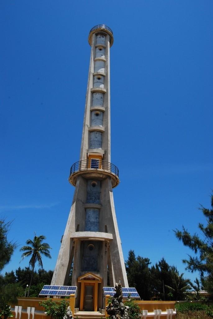Tháp hải đăng Lý Sơn cũ kĩ theo thời gian - Ảnh: Sưu tầm