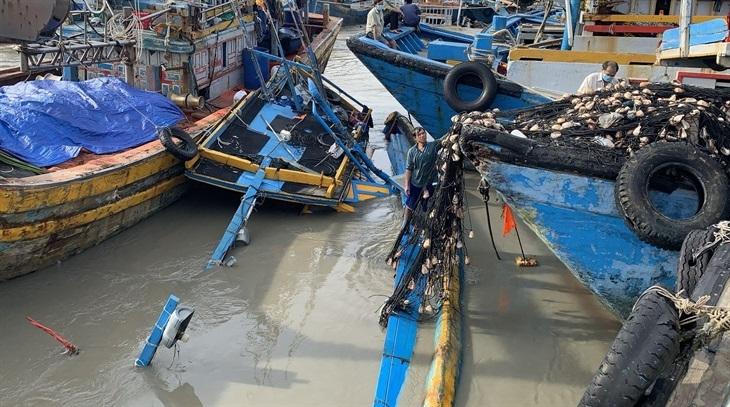 Tàu cá bị nhấn chìm, hư hỏng do lũ quét. Ảnh: Trung Thành