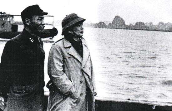 Đại tướng Võ Nguyên Giáp kiểm tra vùng biển, đảo Hạ Long cùng Tư lệnh Hải quân Nguyễn Bá Phát dịp Tết Nguyên đán năm 1970. Ảnh: Tư liệu