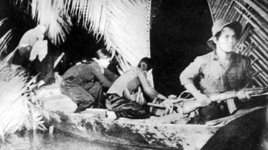 Du kích Đông Nam Bộ tiếp nhận và vận chuyển vũ khí do tàu Không số chi viện. Ảnh TL