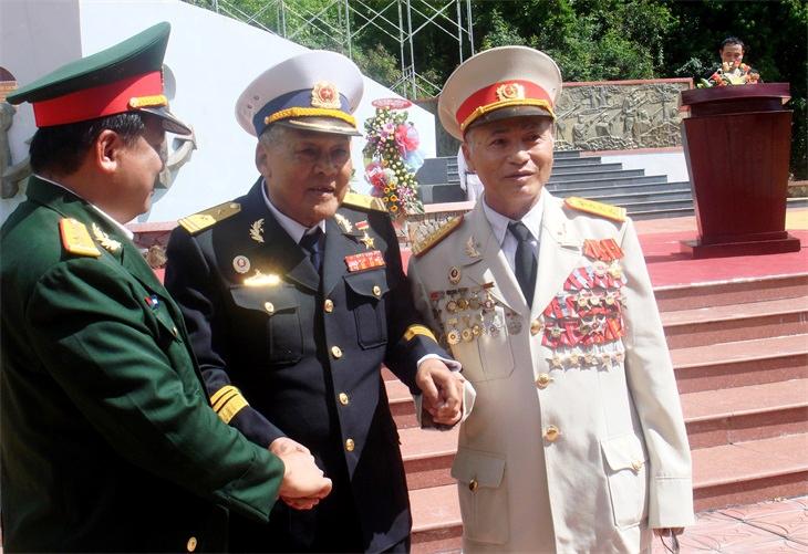 Anh hùng Lực lượng vũ trang nhân dân Hồ Đắc Thạnh (giữa), Thuyền trưởng Tàu 41 có 3 lần cập bến Vũng Rô (cuối năm 1964). Ảnh: Phương Oanh