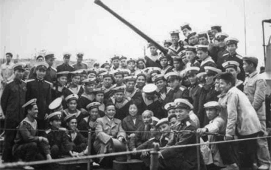Hồ Chủ tịch thăm và chụp ảnh lưu niệm với cán bộ, chiến sĩ Đoàn 125 Hải quân (cuối năm 1960). Ảnh: TL