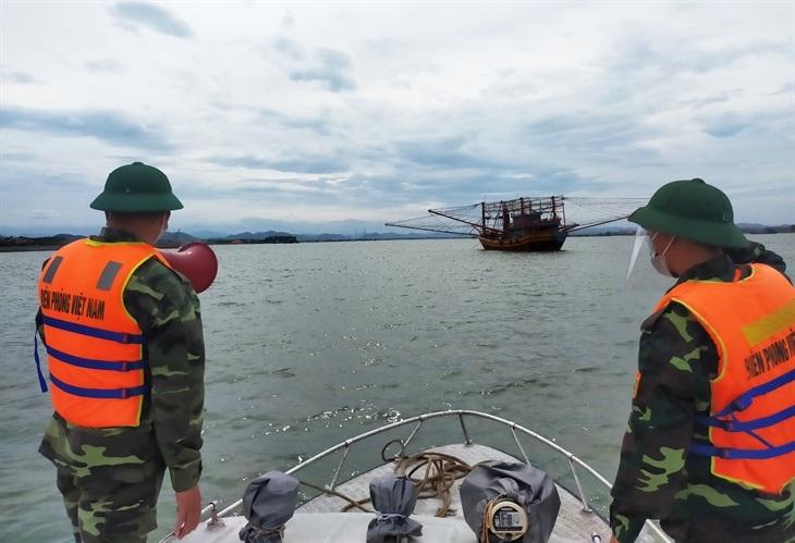 Trạm Kiểm soát Biên phòng cảng Gianh (thuộc Đồn Biên phòng cửa khẩu cảng Gianh) kêu gọi tàu thuyền vào tránh trú bão. Ảnh: Hoài Nam