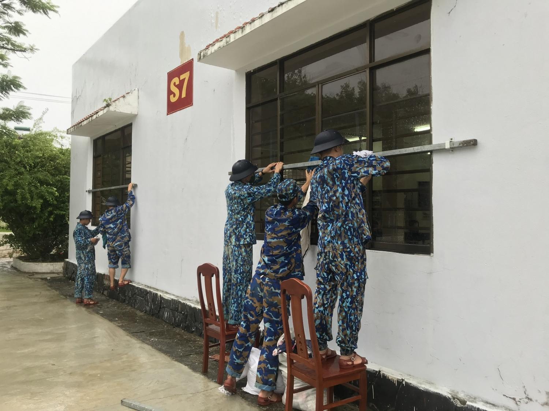 Chiến sĩ Lữ đoàn Công binh 83 chằng buộc nhà cửa