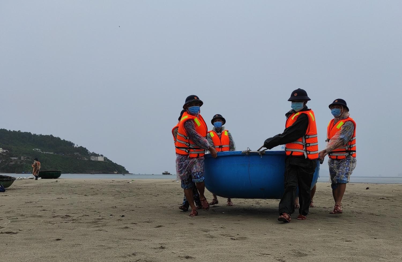 Cán bộ, chiến sĩ Vùng 3 giúp ngư dân phường Hòa Hiệp Bắc di chuyển phương tiện vào nơi tránh bão