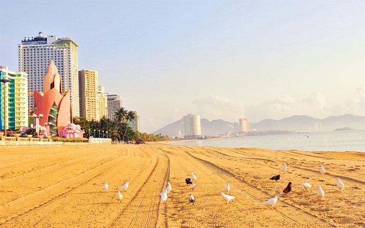Bãi biển Nha Trang vắng lặng, không bóng người