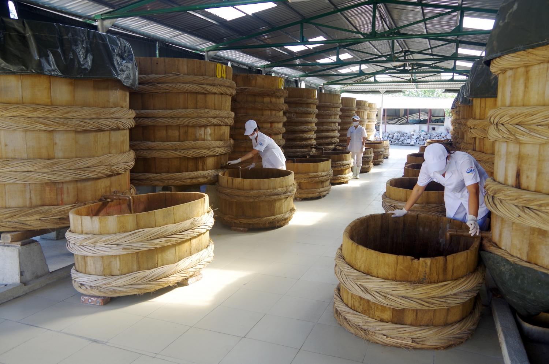 Cá được ủ chượp trong thùng gỗ bảo đảm vệ sinh, an toàn thực phẩm.