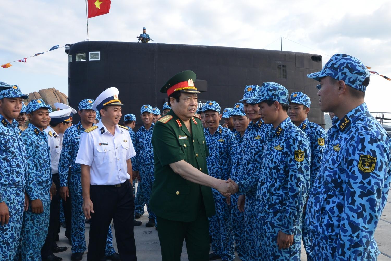 Đại tướng Phùng Quang Thanh thăm, động viên cán bộ, thủy thủ Lữ đoàn Tàu ngầm 189 ngày 1/5/2015