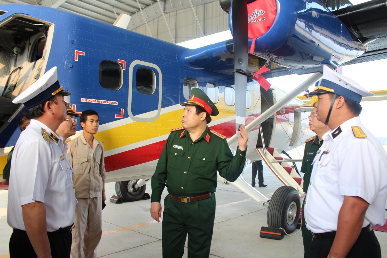 Đại tướng Phùng Quang Thanh thăm, kiểm tra Phi đội Thủy phi cơ DHC-6, Lữ đoàn Không quân Hải quân 954 (tháng 9/2013). Ảnh: PV