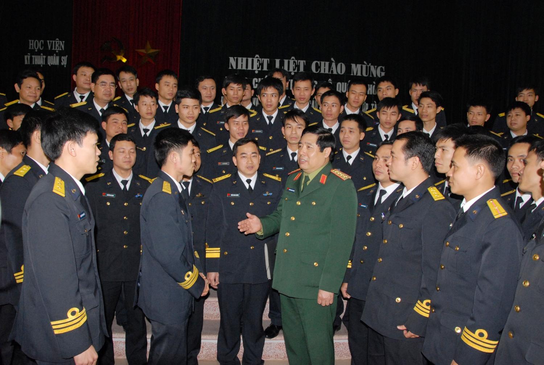 Đại tướng Phùng Quang Thanh thăm, nói chuyện với cán bộ, thủy thủ kíp Tàu ngầm số 1 trước khi đi học tập tại Liên bang Nga (ngày 26/2/2011)
