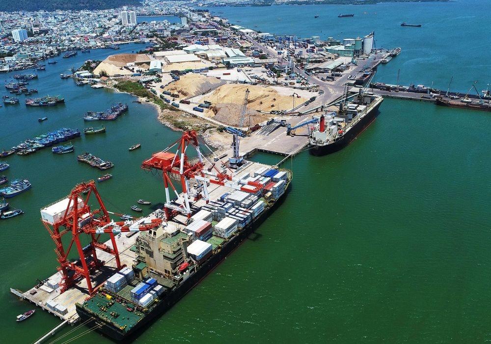 Với vị trí là của ngõ ra Biển Đông của khu vực Nam Trung Bộ, Tây Nguyên và các nước trong khu vực sông Mê Kông, cảng Quy Nhơn nằm sát với tuyến đường hàng hải quốc tế nên rất thuận tiện cho tàu nước ngoài lưu thông.