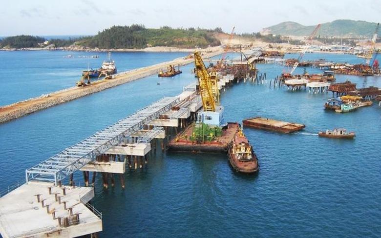 Cảng Dung Quất là nơi xuất nhập khẩu vật tư, thiết bị và hàng hóa cho hầu hết các Nhà đầu tư trong Khu Kinh tế Dung Quất và các doanh nghiệp trên địa bàn tỉnh Quảng Ngãi, Quảng Nam.
