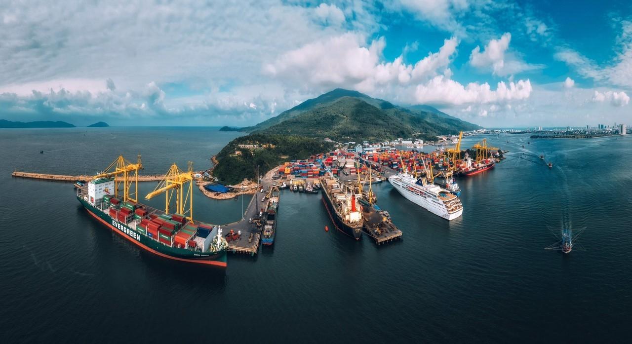 Cảng Đà Nẵng vươn tầm mạnh mẽ với 1.700m cầu tàu, tiếp nhận các tàu hàng tổng hợp lên đến 70.000 DWT, tàu container đến 4.000 TEUs và tàu khách đến 150.000 GRT, cùng các thiết bị xếp dỡ và kho bãi hiện đại.