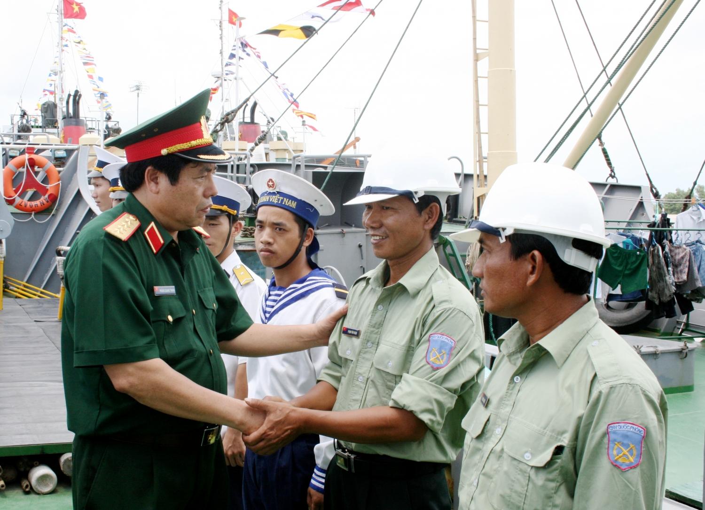 Đại tướng Phùng Quang Thanh thăm, động viên người lao động Công ty 128 Hải quân (tháng 8/ 2008). Ảnh: TT